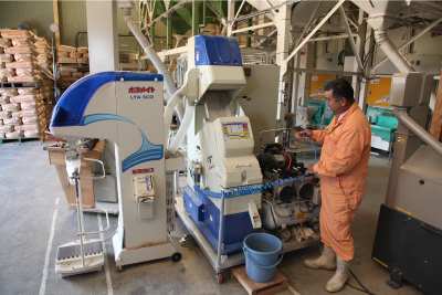 機械を操作する生産者